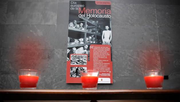 Sencillo montaje en el Atrio en memoria del Holocausto.