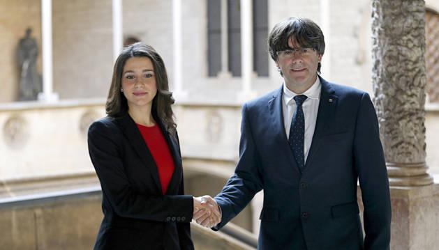 Carles Puigdemont con la líder de la oposición, Inés Arrimadas.