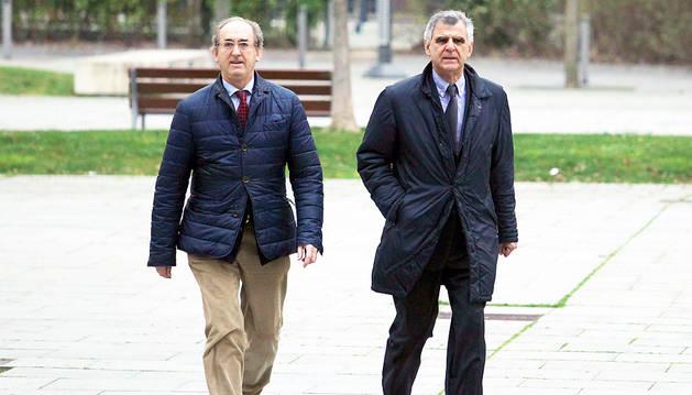 El letrado Ramón Mendiburu, a la izquierda, y el arquitecto municipal Juan Ramón Gancedo.