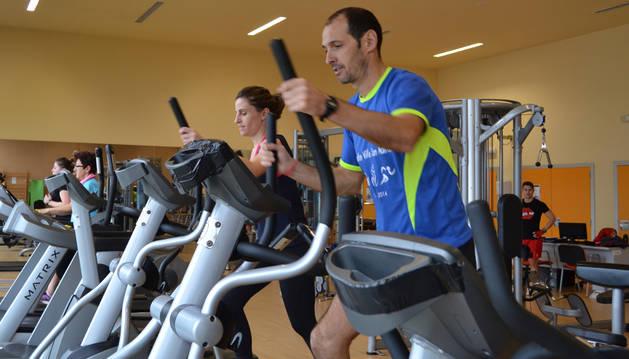 Usuarios en la sala fitness del complejo deportivo de San Adrián.