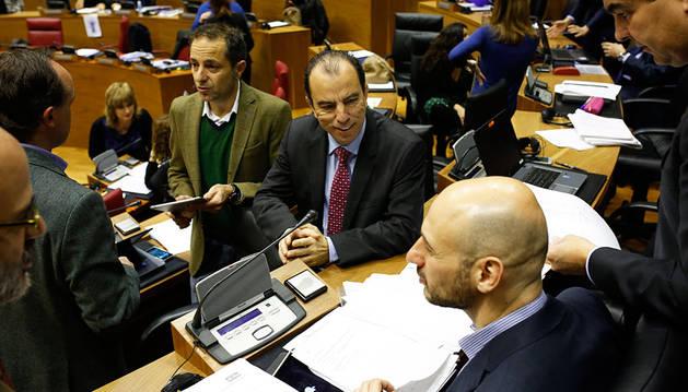 García Adanero, hablando con otros parlamentarios regionalistas antes de comenzar el Pleno.