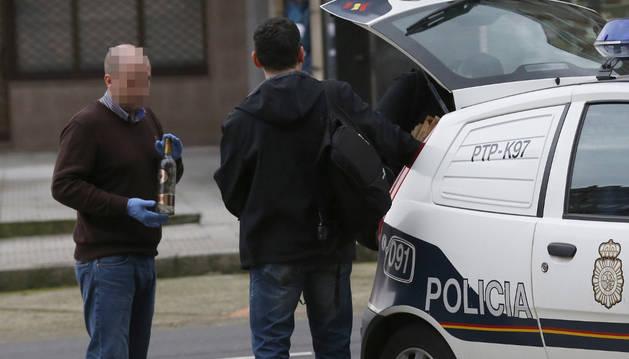 Agentes de Policía tras registrar la vivienda de Avilés.