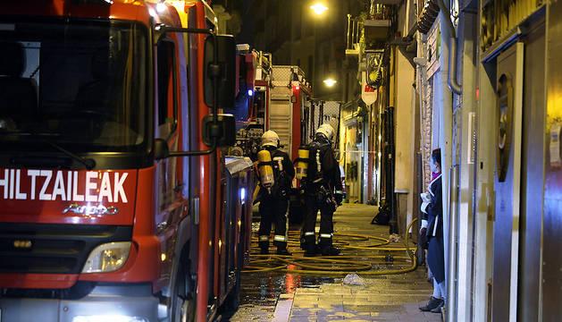 Herida tras caer de un 4º piso al huir de un fuego en la calle del Carmen