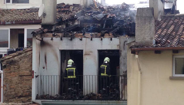 Una mujer ha resultado herida, con pronóstico reservado, al precipitarse a un patio interior desde el 4º piso del número 12 de la calle del Carmen, en Pamplona, donde se había producido un importante incendio.