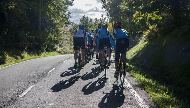 Ciclistas en una carretera navarra.