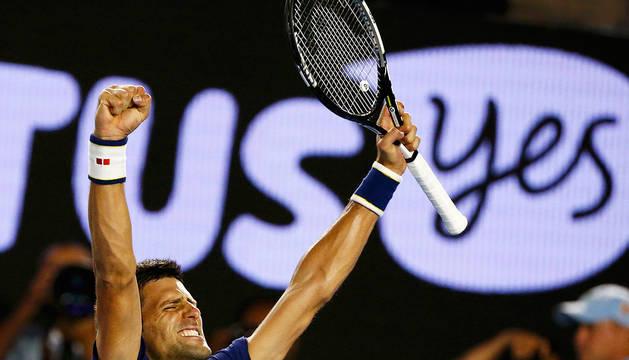 Djokovic celebra su victoria ante Federer.