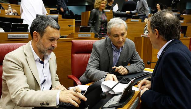 El vicepresidente Laparra, el consejero Aranburu y el parlamentario de EH Bildu Adolfo Araiz.