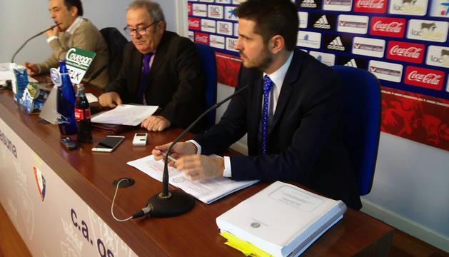Luis Sabalza, en el centro, durante la rueda de prensa.
