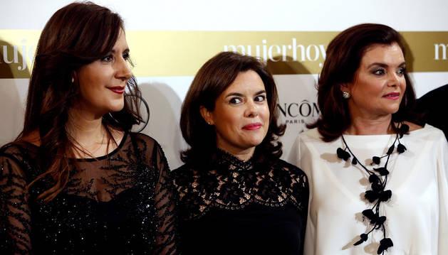Soraya Sáenz de Santamaría posa junto a las galardonadas, Dolores Redondo y Carmen Peña.