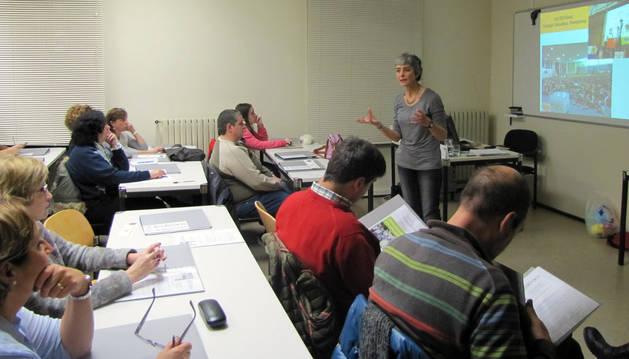 Ani Urretavizcaya explica el proyecto de la SAME de este año a los asistentes en la UNED de Tudela.