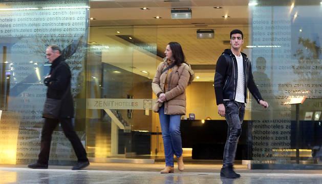 Mikel Merino abandona el hotel donde se reunió con sus representantes acompañado por sus padres.