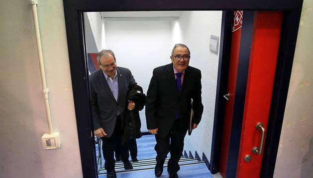 Luis Sabalza sube las escaleras hacia la sala de prensa de El Sadar junto a su amigo y directivo Fidel Medrano.