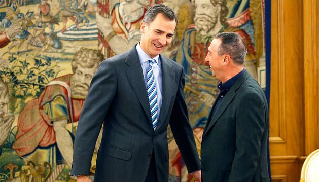 El Rey conversa con el portavoz de Compromís, Joan Baldoví.