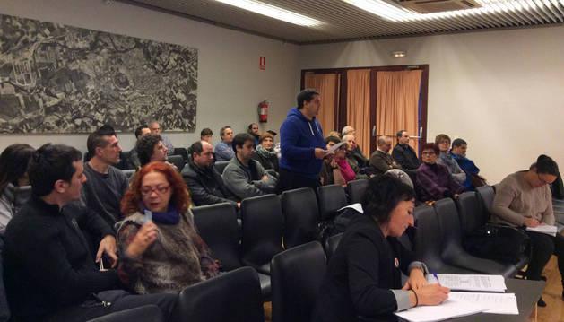 José Luis Zafra, secretario del comité de TRW, rodeado de compañeros lee un manifiesto durante el pleno.