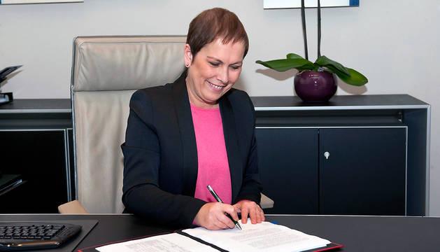 Uxue Barkos firma la Ley Foral de Presupuestos de Navarra para 2016.