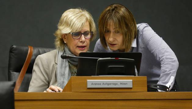 Miren Aranoa (izda.) junto a Esther Korres, ayer en el parlamento.