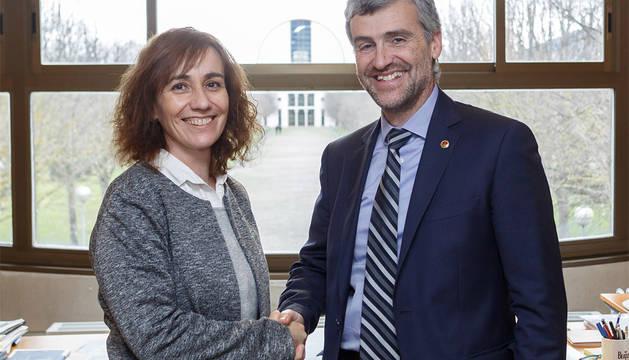 La consejera Herrera y el rector de la UPNA, Alfonso Carlosena.