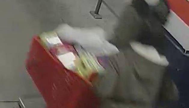 Dos de las detenidas, con uno de los carros robados.