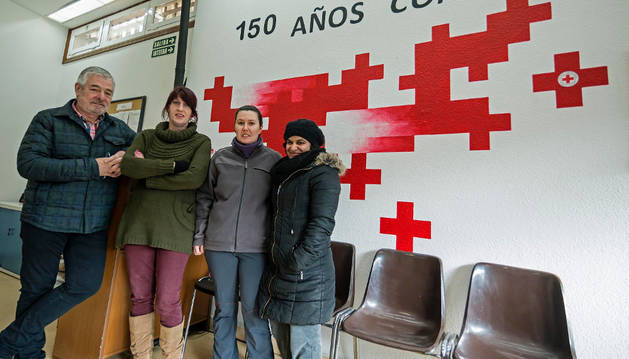 Carlos Sagaseta de Ilurdoz, Garbiñe Basarte y las voluntarias, Nagore Urquiola y Leila Moundir.