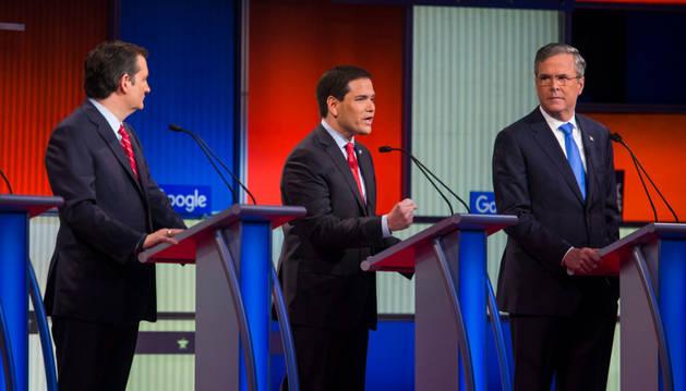 Ted Cruz, Marco Rubio y Jeb Bush participan en un debate de candidatos del partido Republicano.