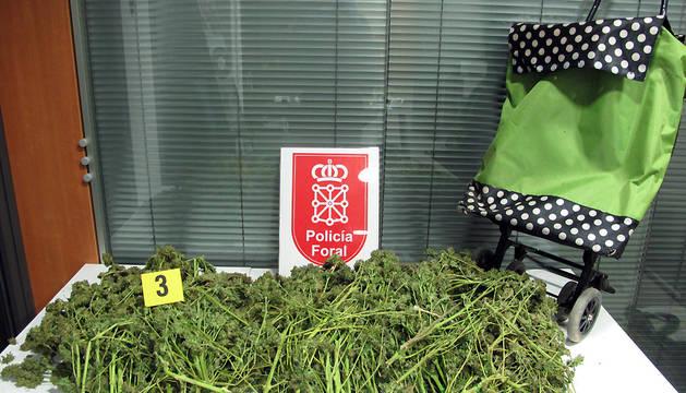 Imagen de la marihuana que el detenido en Mendavia transportaba en el carro de la compra.
