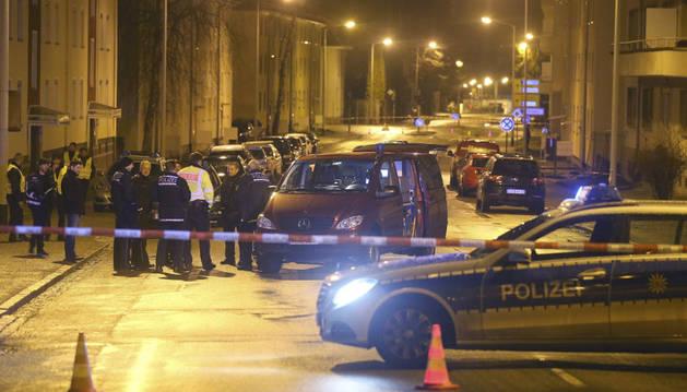 La policía acordona la zona donde se ha producido un ataque contra un centro de refugiados.