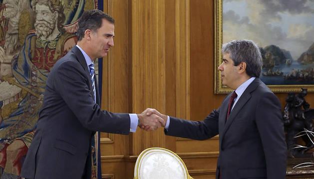Don Felipe saluda al portavoz de Democràcia i Llibertat, Francesc Homs.