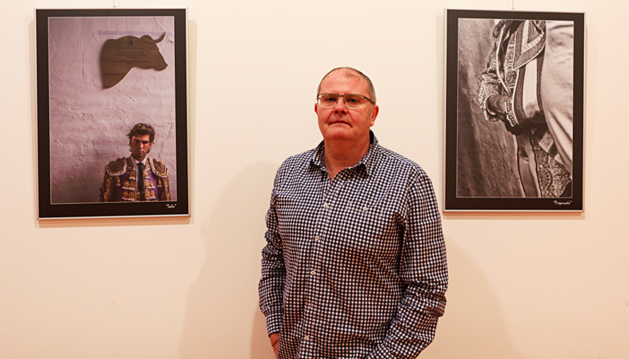 Juan Carlos Marín ante dos de sus fotografías.