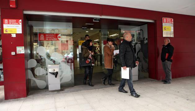Cuatro personas salen de la Oficina de Empleo de Tudela.