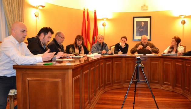 El concejal Íñigo Gimeno, primero por la izquierda.