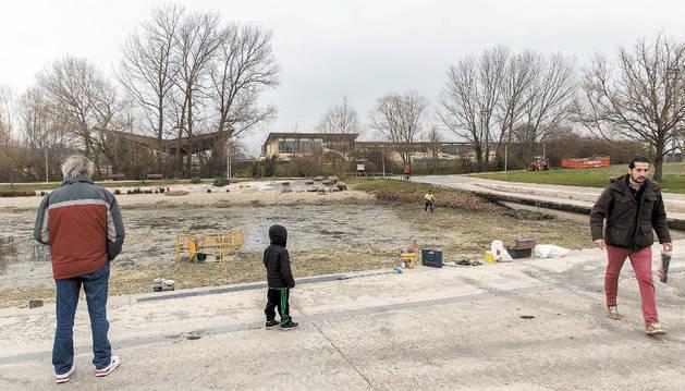 Imagen de las tareas de limpieza en el lago de Sarriguren.