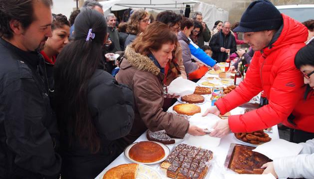 Decenas de adultos colaboraron con el IV Almuerzo Solidario.