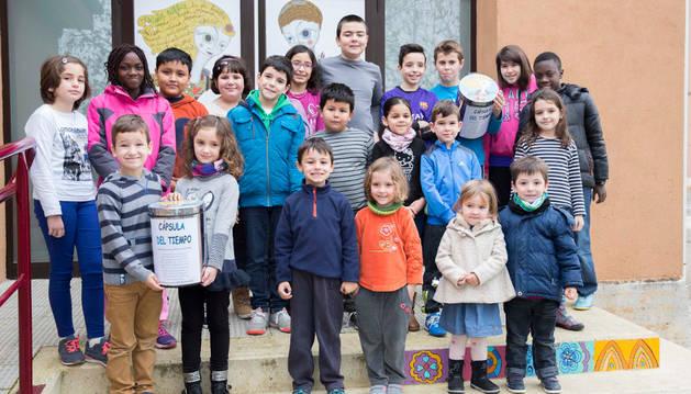 Niños del colegio sosteniendo dos 'cápsulas del tiempo'.