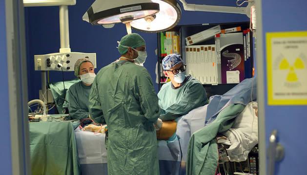 Un equipo quirúrgico, durante una intervención en la CUN.