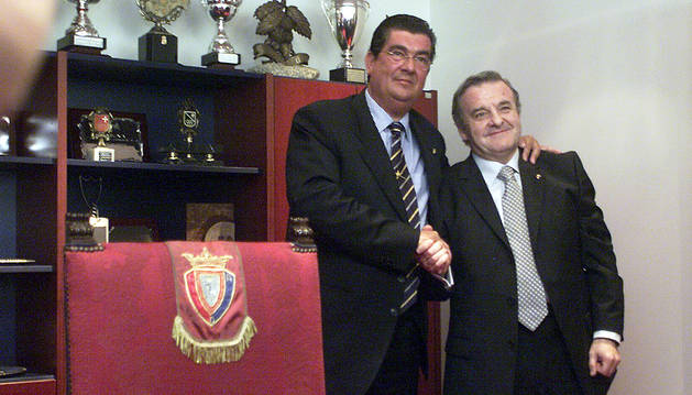 Patxi Izco recibe el testigo de Javier Miranda en junio de 2002.