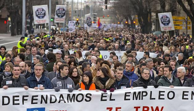 Miles de personas recorrieron el centro de Pamplona como muestra de apoyo a los empleados de TRW ante el ERE anunciado por la compañía en una marcha que fue en defensa del empleo en Navarra.