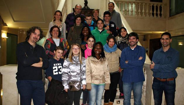 Los estudiantes posan con el alcalde y concejales.