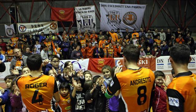 Los jugadores del Aspil saludan a sus seguidores en el Ciudad de Tudela.