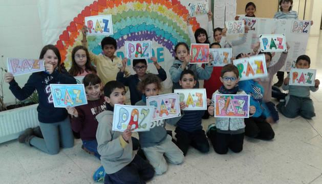 En el colegio Remontival, un grupo de alumnos de distintos niveles con el arco iris de la paz.