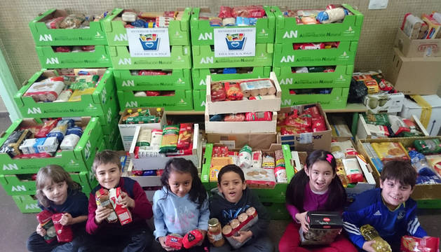 Alumnos del colegio con parte de los alimentos que se han recogido esta semana
