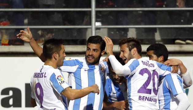 Los jugadores del Málaga celebran el gol de Juanpi.