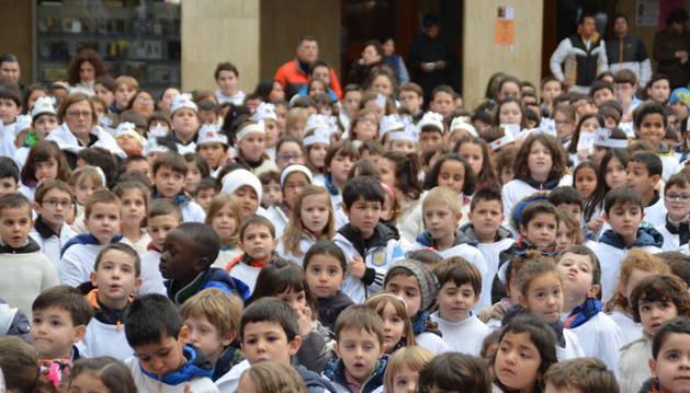 Los escolares de Peralta se dieron cita en la Plaza Principal.