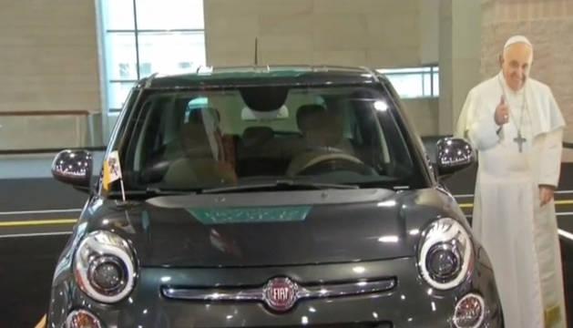 El Fiat 500L que utilizó el papa Francisco sale a subasta