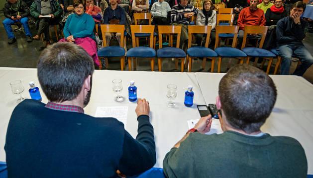 Un momento de la asamblea convocada a las ocho de la tarde del jueves en la cafetería del polideportivo.