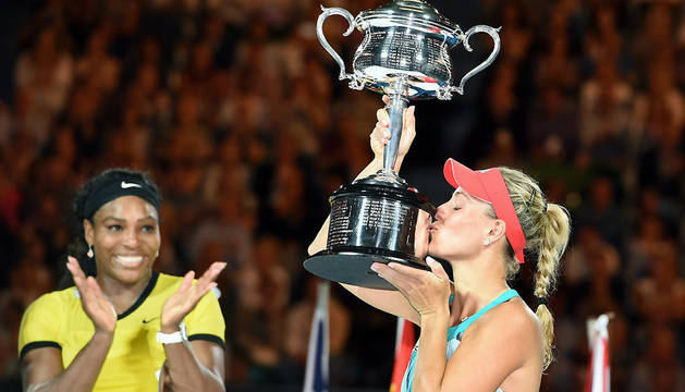 La tenista alemana celebra su histórica victoria frente a la estadounidense Serena Williams.