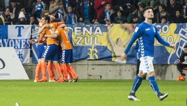 Los jugadores del Alavés celebran el gol de Toquero.