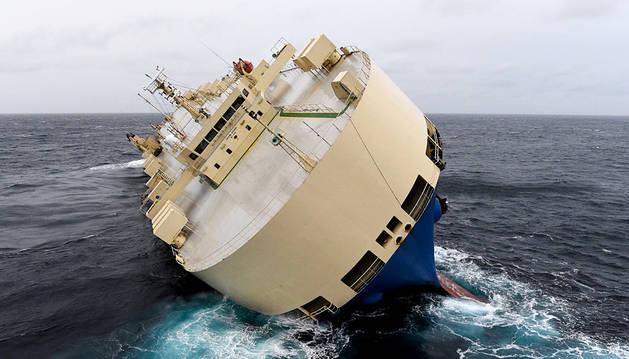 Un carguero a la deriva podría encallar en la costa francesa este lunes