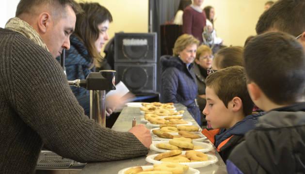 Los más pequeños no resistieron a la tentación de las rosquillas mientras deliberaba el jurado.