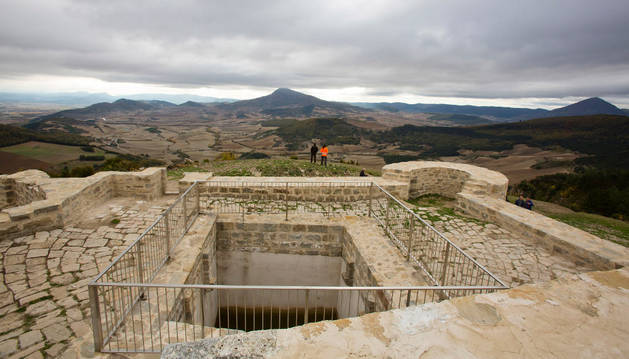 Vista de parte de los restos recuperados y puestos en valor del castillo de Irulegui.