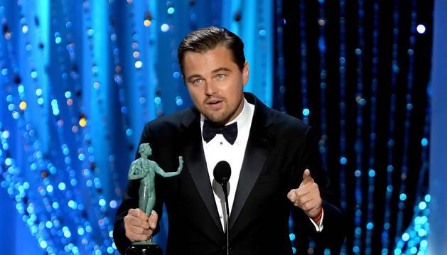 Leonardo DiCaprio recibe el premio del sindicato de actores estadounidense.